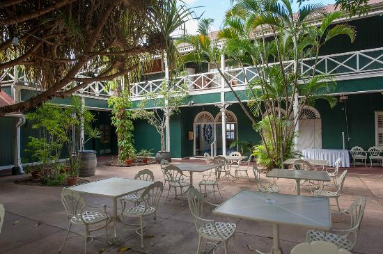 BEST WESTERN Pioneer Inn: I did not expect quiet in the center of Lahaina. The courtyard was very serene.