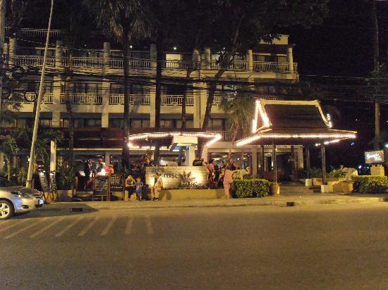 Sunset Beach Resort: Front of hotel at night