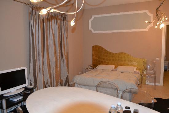 Petite Suite Bergamo: bed in livingroom