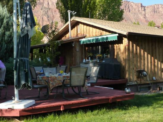 Castle Valley Inn: Breakfast deck