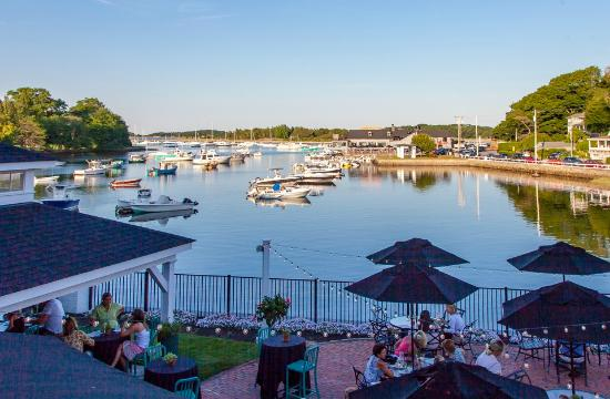 Cohasset Harbor Resort: Patio on the Harbor