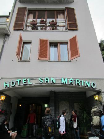 Hotel San Marino - Laglio: Ansicht von der Straße aus