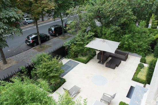 La Reserve Apartments Paris: View of lower patio