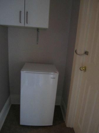 By The Park Bed and Breakfast: Magnolia Room refrigerator & food cupboard