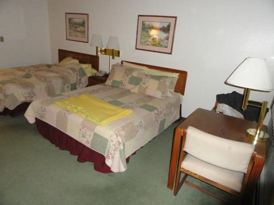 Deer Crest Resort: little table right at the window in a double queen bed room