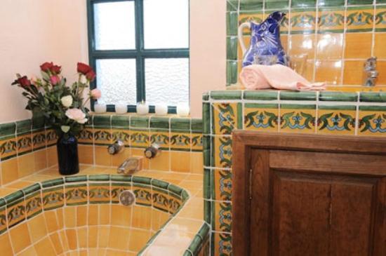 Baños Rusticos Con Talavera:Baño Klimt: fotografía de Casa Frida B&B, San Miguel de Allende