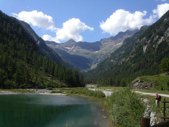 Macugnaga, Italië: la profondità e la visuale dal Lago ...