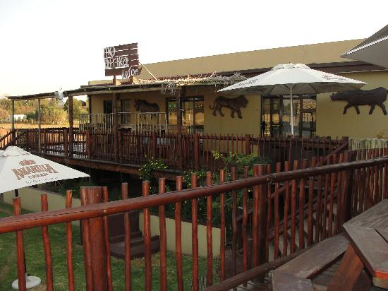 MoAfrika Lodge: infront of the bedrooms