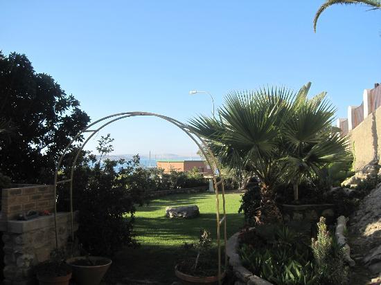 AquaGem Guesthouse: Terrasse/ Garten