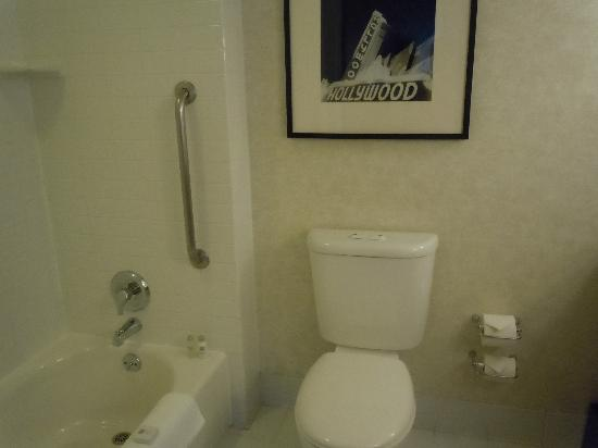 Loews Hollywood Hotel: Bathroom