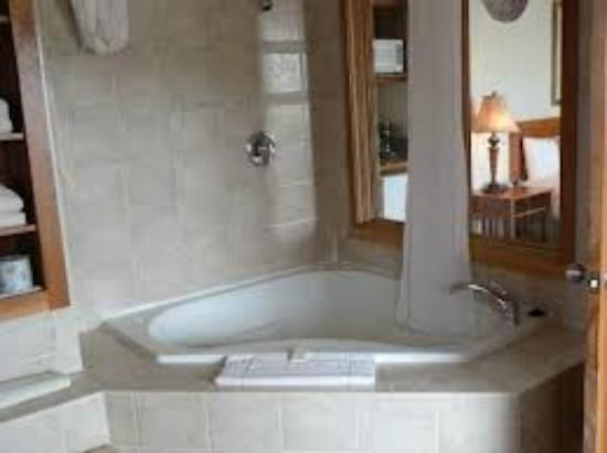 WorldMark Deer Harbor: The jacuzzi bathtub
