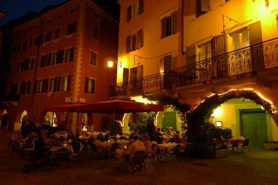 Ristorante Osteria Il Gallo: Osterial il Gallo in the evening