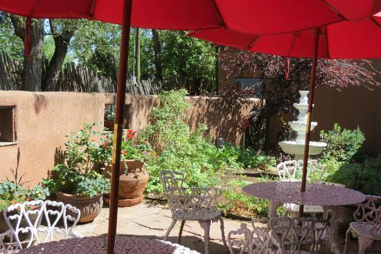 El Paradero Bed and Breakfast Inn: Outside courtyard...so peaceful