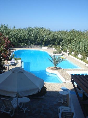 Hotel Albatros: uitzicht balkon. schoon zwembad, dagelijks verzorgt.