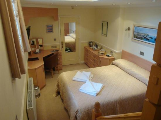 The Pier House Hotel: Looking down onto bedroom from in-room stairway