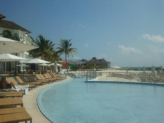 Playacar Palace: vista da piscina (esta parte tem água na canela) ao fundo o Porto de Playa del carmen e na pared