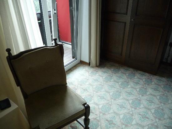 Landhotel Rosentaler Hof: Alter Teppich, altmodischeMöbel