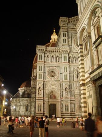Hotel Duomo Firenze: square at night