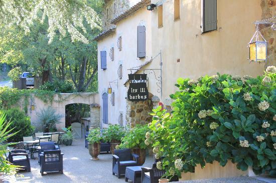 Hôtel Les 3 Barbus : Entrée de l'hôtel