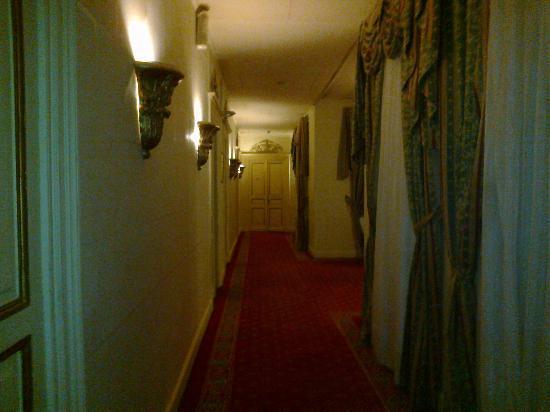 Paradise Inn Windsor Palace Hotel: Hallway