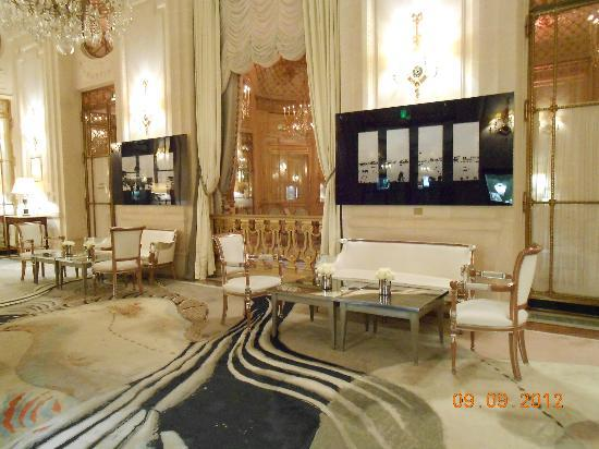 Le Meurice: Beautiful marble lobby