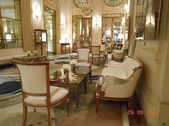 Le Meurice: Lobby seating area