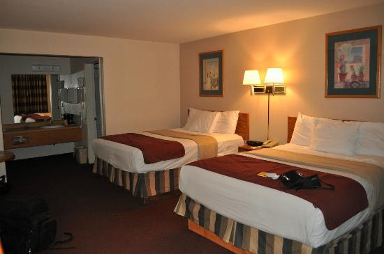 Nights Inn: 2 Queen bed room