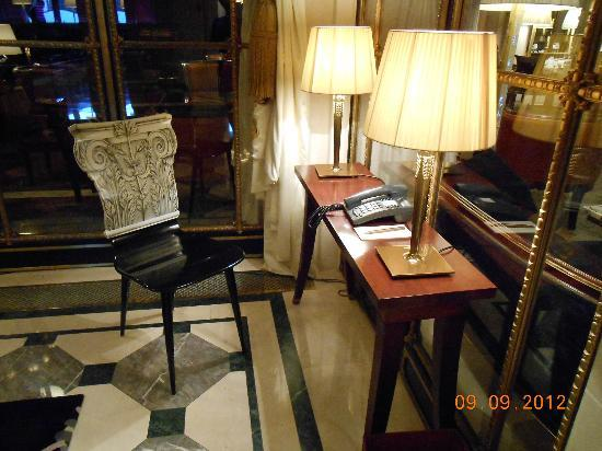 Le Meurice: Writing desk