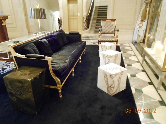 Le Meurice: Sitting area near lobby