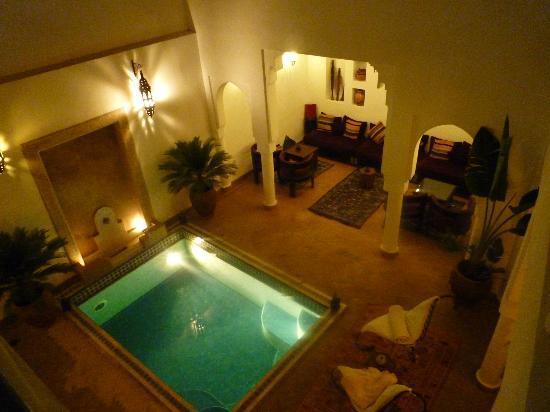 Riad Baba Ali : vue sur la piscine et le patio