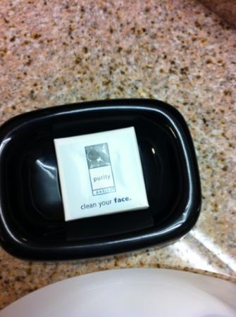 Hampton Inn & Suites Hartford/East Hartford: love the labeling... Clean your face