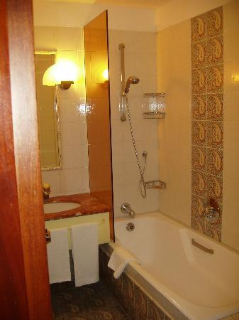 Brunelleschi Hotel: ncie bathroom
