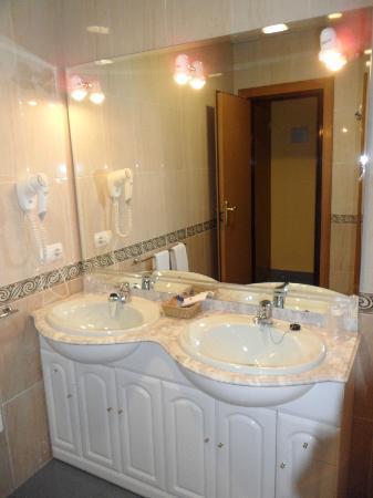 Hotel Topacio: bathroom