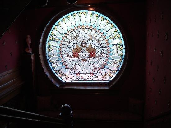 Castle Marne Bed & Breakfast: gorgeous stained glass window on landing