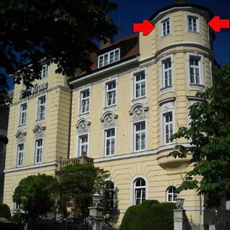 โฮเต็ล โครน: Esterno dell'hotel: le frecce indicano la nostra suite