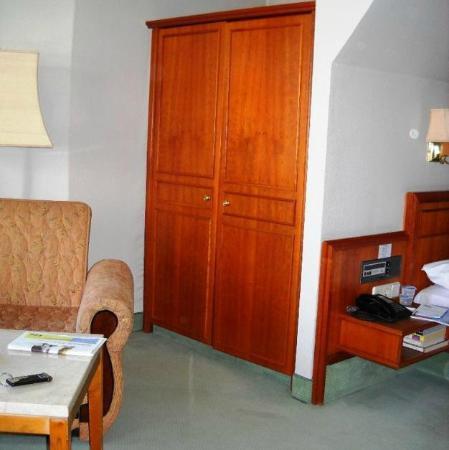 Krone Hotel: Suite - zona armadi