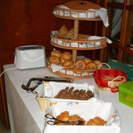 Krone Hotel: Sala colazione: il buffet con scelta dei vari tipi di pane