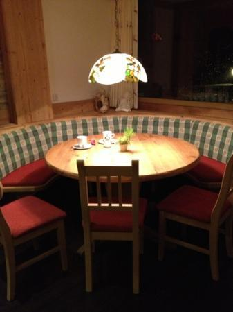 Hotel Pension Tyrol: a table in the bar