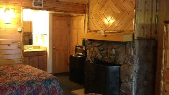 Big Bear Frontier Cabins & Hotel: Big Bear Fireplace