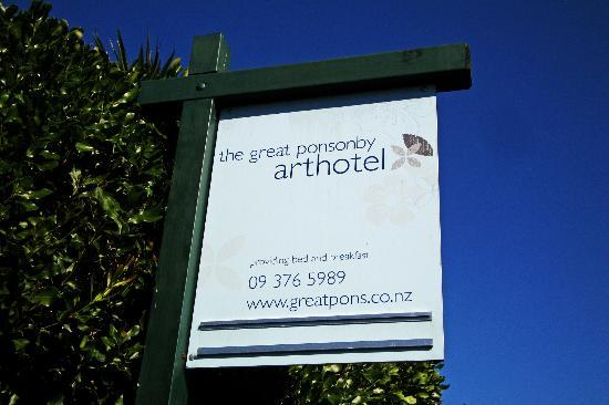 Great Ponsonby Arthotel: Sign to the Arthotel