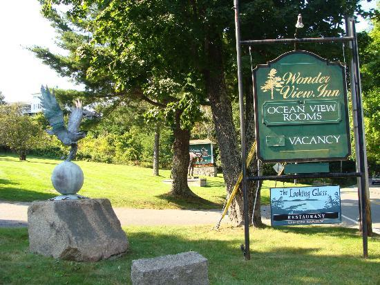 Wonder View Inn: Sign and statues out front