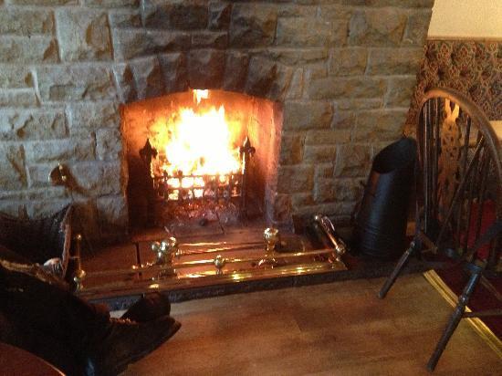 Fylingdales Inn: Roaring open fire