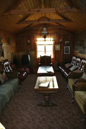 Ensku Husin Guesthouse: Speise- und Aufenthaltsraum mit Kamin