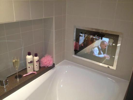 The Winchester Hotel & spa: TV at the foot of bath :-)
