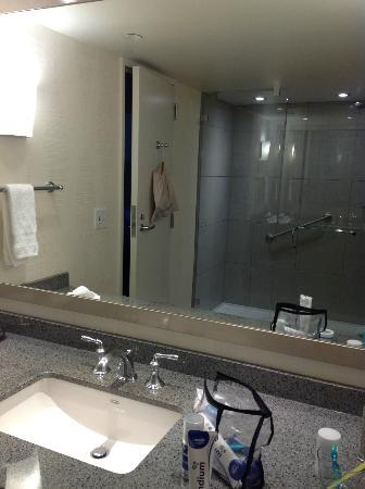 The Marquette Hotel, Curio Collection by Hilton: Very nice bathroom, great shower