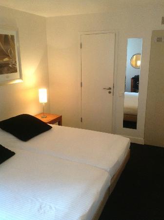 هوتل بيت هين: Very small bedroom, view towards bathroom 