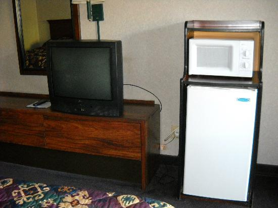 Cherokee Grand Hotel: Older TV with small fridge and microwave