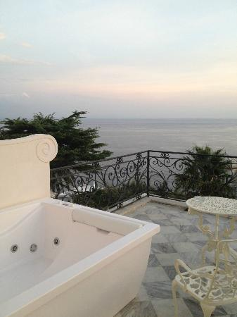 Hotel Excelsior Parco: Our private terrace jacuzzi...absolutely incredible! They surprised us with a bottle of bubbly