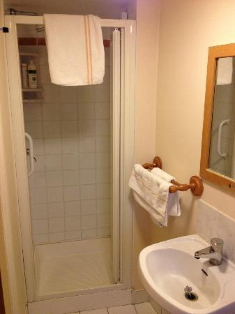 Tralee Townhouse: Bathroom - good shower