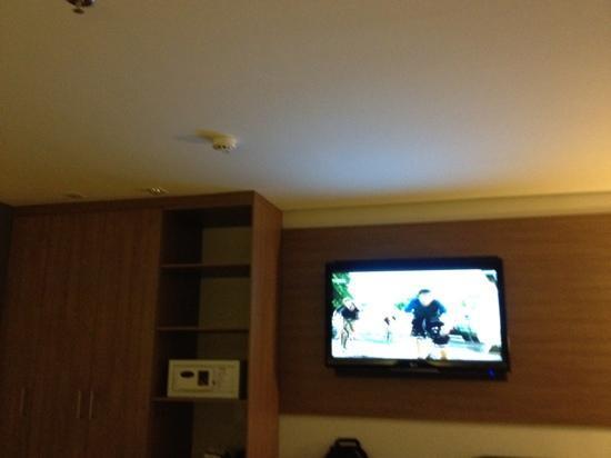 Radisson Hotel Maiorana Belem: tv enorme no quarto